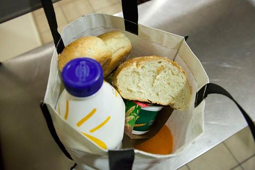 977a877317a Rodinám s dětmi církev adresně zasílá potravinové balíčky. Rodiče nechtějí,  aby se jejich děti dozvěděly, že přišli o práci.